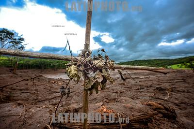 BRASIL - Brumadinho MG Brasil 2019-02-12 CRIME AMBIENTAL - VALE MINERAÇÃO - Vista da area da Mina Corrego do Feijão ponto onde estourou a barragem de rejeitos na Vale e a ponte da estrada de ferro de uso interno da empresa a ponte foi levada com a força dos rejeitos de mineração sistema que mundialmente não é mais usado devido ao perigo de rompimento das barragens /  Tragedia de Brumadinho / Brumadinho dam disaster - Dam disaster has impacted rivers in the Brumadinho region / Brasilien : Dammbruch in der brasilianischen Kleinstadt Brumadinho nahe Belo Horizonte im Bundesstaat Minas Gerais - Das Unglück ereignete sich am 25. Januar 2019 - Eine dadurch ausgelöste Schlammlawine zerstörte Siedlungen nahe der Stadt - Die lokalen Behörden gingen am 26. Januar 2019 von mehreren hundert möglichen Todesopfern aus © Lucas Lacaz Ruiz/LATINPHOTO.org