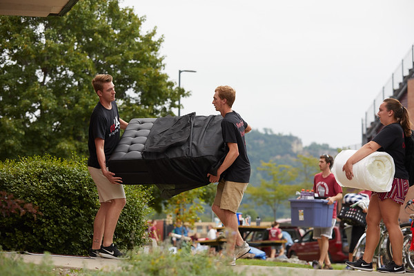 2018 UWL Fall Students Move in 0019