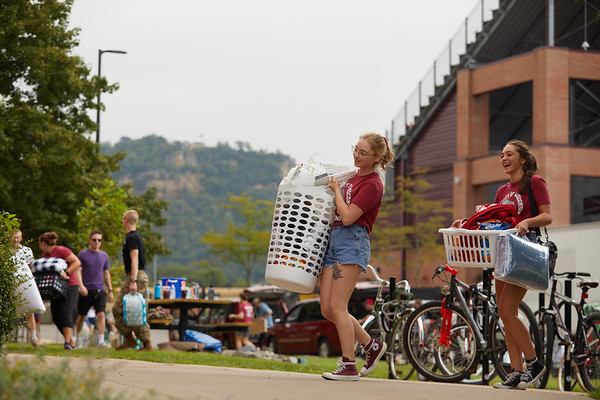 2018 UWL Fall Students Move in 0020