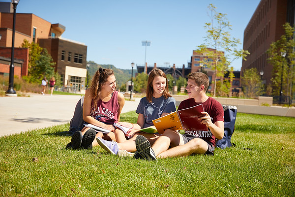 2018 UWL Fall Students Outside 0074