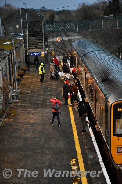 2807 + 2808 at Nenagh with the 1655 imerick - Ballybrophy. A healthy number of customers board and alight from the train. Mon 17.02.20
