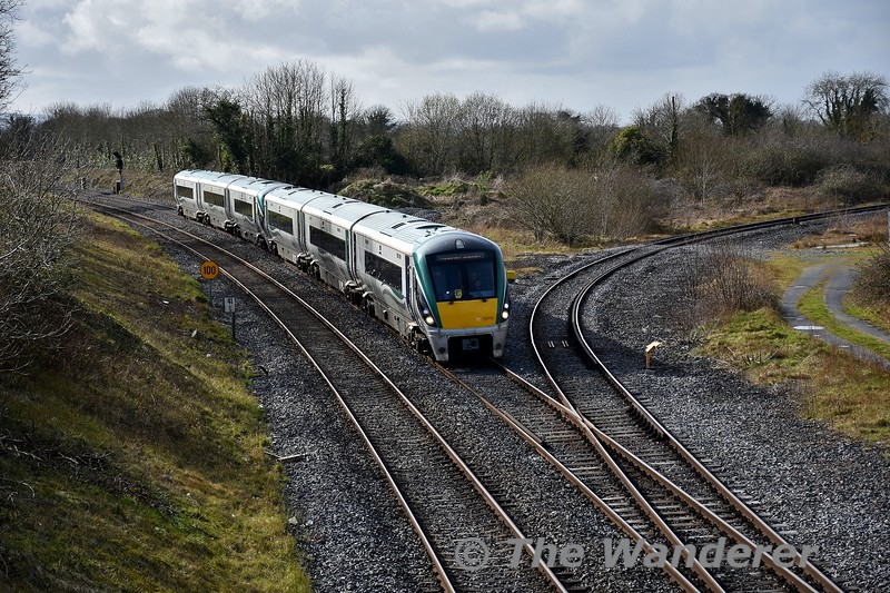 Covering for an unavailable 5ICR set we see 22003 + 22006 arriving into Portarlington with the 1425 Portlaoise - Heuston. Tues 10.03.20