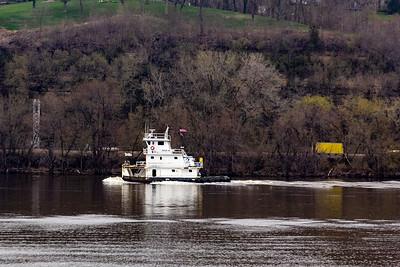 DA040,DJ,Tugboat_Rose_M_heading_up_the_Mississippi_River