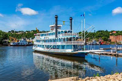 DA040,DT,Twilight_Riverboat_Port_of_Dubuque_Iowa_along_Mississippi_River