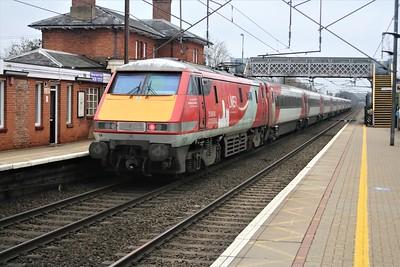 91114 passes Welwyn North shoving 1404/1Y84 York to Kings Cross   22/12/20