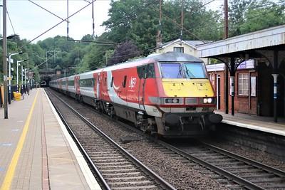 82225_91105 passes Welwyn North 0652/1Y00 York to Kings Cross
