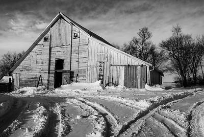 DA099,DB,Barn in snowy landscape