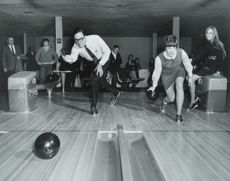 President E.K. Fretwell bowling with students for 150th anniversary celebration at SUNY Buffalo State College.