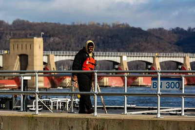 DA040,DJ,Barge Worker on Lock Dam 11 Wall-2