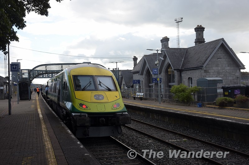 4003 stands at the rear of the 1600 Heuston - Cork. Tues 05.10.21