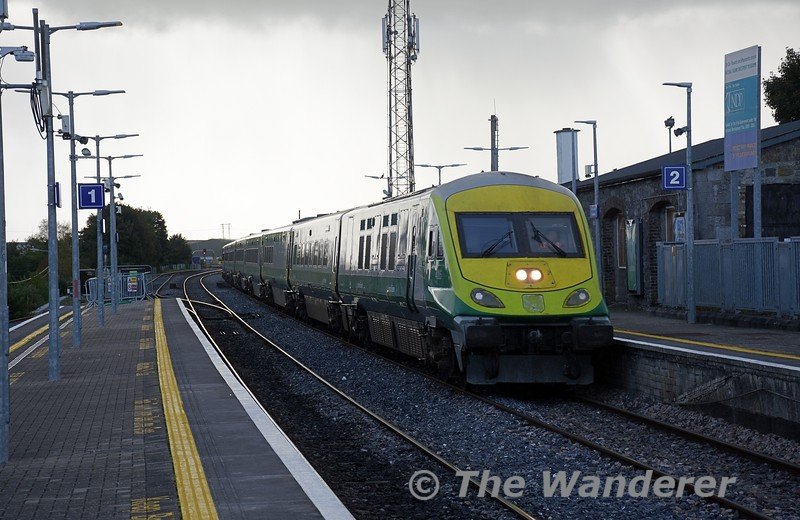 4005 races through Portlaoise in advance of an approaching rain shower with the 1425 Cork - Heuston. Loco 232 was at the rear of the formation. Tues 05.10.21