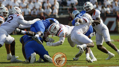 Dax Hollifield makes a tackle on an MTSU rushing attempt. (Mark Umansky/TheKeyPlay.com)
