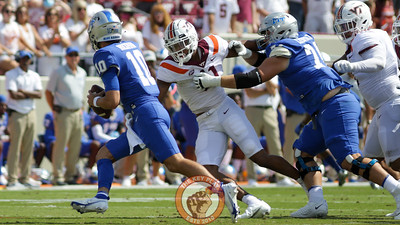 Amare Barno attempts to rush the quarterback. (Mark Umansky/TheKeyPlay.com)