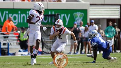 Braxton Burmeister keeps the football on a quarterback scramble. (Mark Umansky/TheKeyPlay.com)