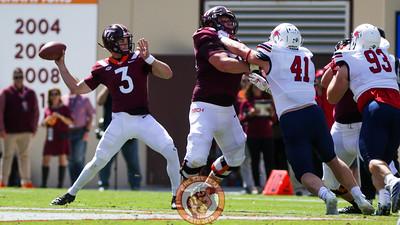 Braxton Burmeister winds up to throw the football. (Mark Umansky/TheKeyPlay.com)