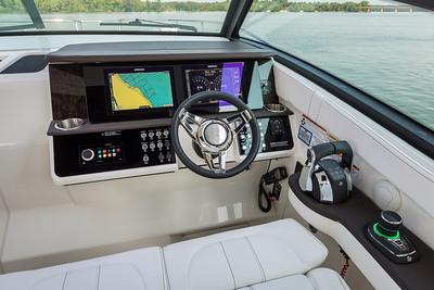 Sundancer 320 Outboard helm