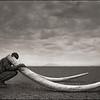 "Nick Brandt keuze Crissie ""Ranger with Tusks of Killed Elephant"" 2011"
