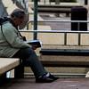 straatfoto man op bank leest kleur