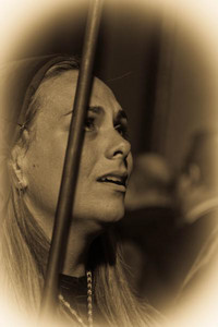 mirando al cielo una de las mujeres de la hermandad de la piedad de cartagena mira desconsolada al cielo entre sollozos por el mal tiempo que amenazaba lluvia  Autor:jose  ayala oliva