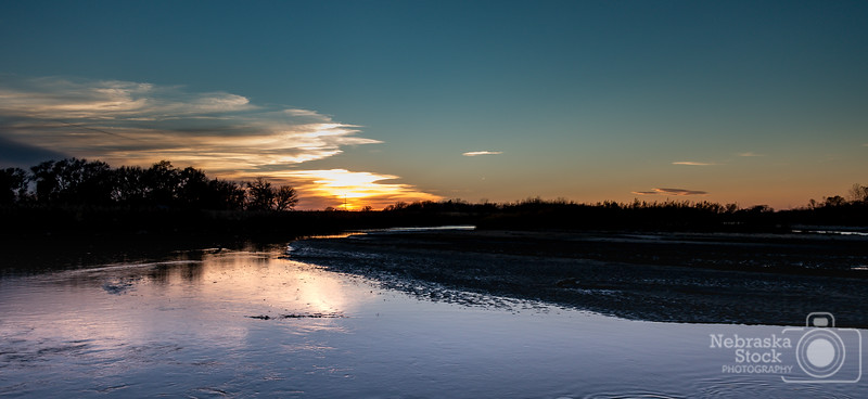10-29-2018<br /> <br /> 302/365<br /> <br /> A Monday evening sunset on the Elkhorn River between Norfolk and Battle Creek. <br /> <br /> Photo taken with a Sony RX100M4<br /> <br /> ISO 80<br /> <br /> 1/320th at F2.8<br /> <br /> (189039)