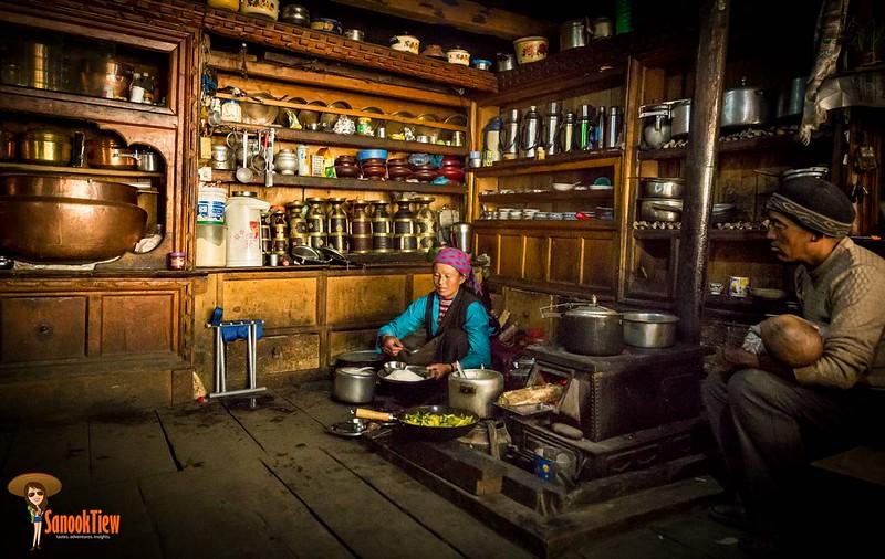 พร้อมทาน Dal Bhat ในห้องครัวสไตล์ทิเบตที่สะอาดสะอ้าน เป็นระเบียบ และอบอุ่น ณ Nile ใน Tsum Valley