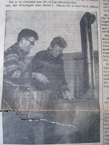 Her er jeg ifærd med a lægge brande på kakelownen, jeg kan ikke huske drengen til venstre