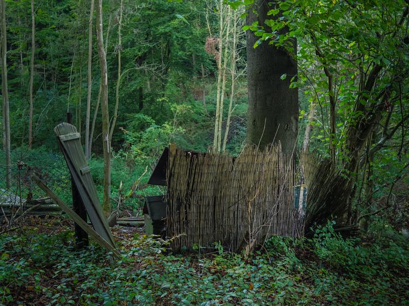 Von Kindern gebauter Unterstand im Wald