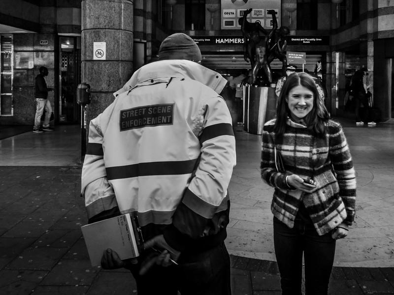 An der Street Scene Enforcement Person vorbei