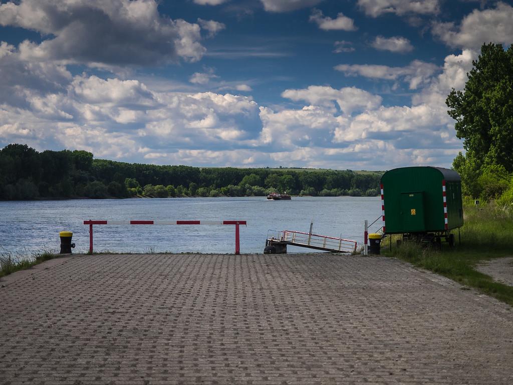 Am Rhein. Straße endet ohne Fähre