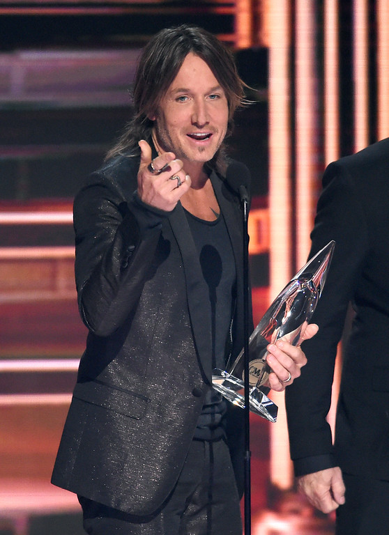 ". Keith Urban accepts the award for single of the year for ""Blue Ain\'t Your Color\"" at the 51st annual CMA Awards at the Bridgestone Arena on Wednesday, Nov. 8, 2017, in Nashville, Tenn. (Photo by Chris Pizzello/Invision/AP)"