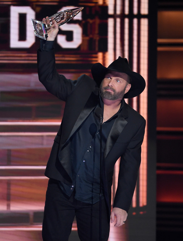 . Garth Brooks accepts the award for entertainer of the year at the 51st annual CMA Awards at the Bridgestone Arena on Wednesday, Nov. 8, 2017, in Nashville, Tenn. (Photo by Chris Pizzello/Invision/AP)