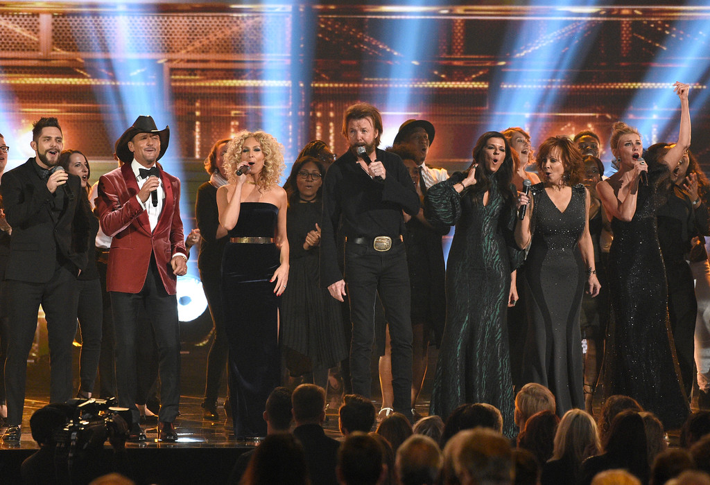 . Thomas Rhett, from left, Tim McGraw, Kimberly Schlapman, Ronnie Dunn, Karen Fairchild, Reba McEntire and Faith Hill perform a medley during the 51st annual CMA Awards at the Bridgestone Arena on Wednesday, Nov. 8, 2017, in Nashville, Tenn. (Photo by Chris Pizzello/Invision/AP)