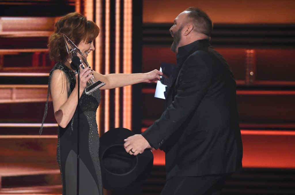 . Reba McEntire, left, presents the award for entertainer of the year to Garth Brook at the 51st annual CMA Awards at the Bridgestone Arena on Wednesday, Nov. 8, 2017, in Nashville, Tenn. (Photo by Chris Pizzello/Invision/AP)