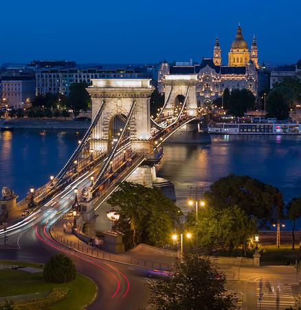 chain-bridge-budapest-at-night