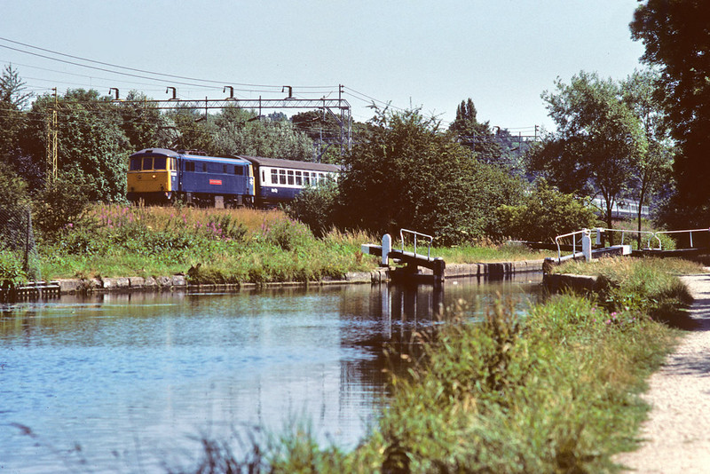 """21st Jul '86:  86260 """"Driver Wallace Oakes"""" runs alongside the Grand Union Canal at Berkamsted"""