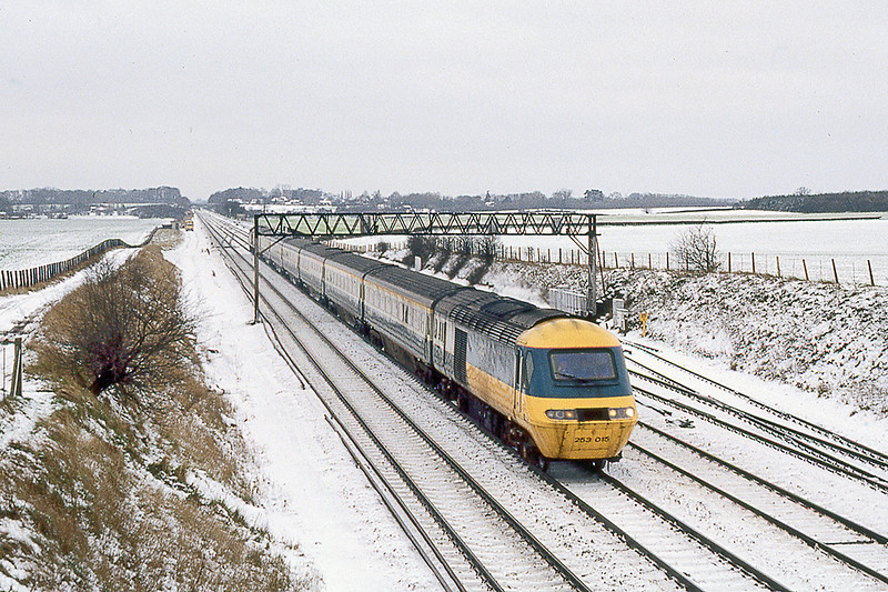 11th Feb 1983: 253018 forming the 07.15 from Bristol Temple Mrads tp Paddington running through a snowey Waltham St Lawrence