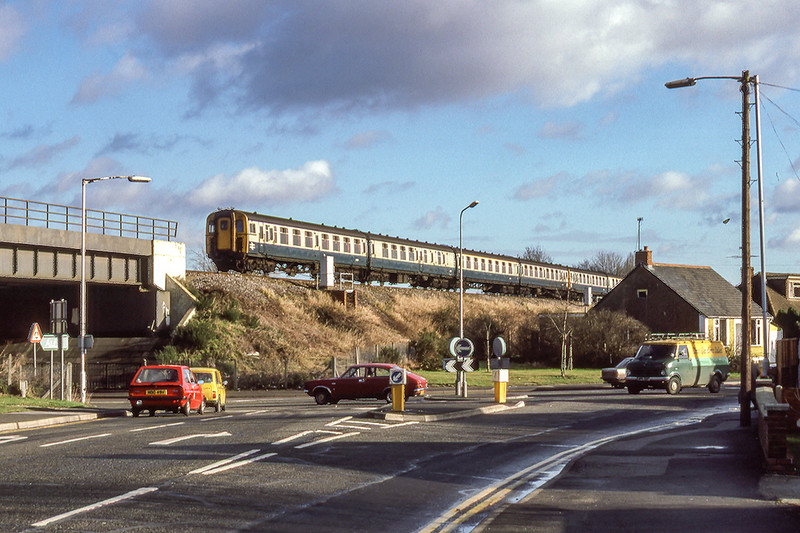 23rd Jan 1986:  The only picture that I ever took fron Southwood Road in Farnborough is this o 4TC unit 406 on the front of the 10.35 from Weymouth to Waterloo.  Standing here now thr bridge is visible but not the embankment because of trees.