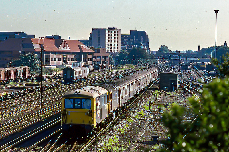 20th Aug 1986:  Leaving Woking  is  73140 with  dead 33135  tucked inside.  The working is the 08.10 Waterloo to Salisbury that was running 30 minutes late.  I wonder if the 73  had been  added to ensure that the service cleared out of the station. and the passengers were  not too unhappy.