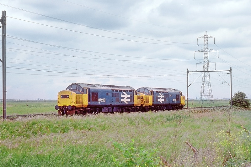 9th Jun 89:  37209 & 37108 trundle East through Thurrock