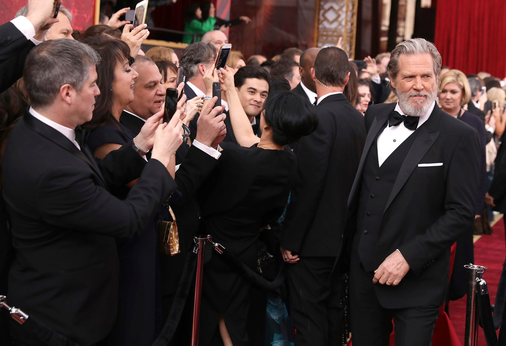 . Jeff Bridges, right, arrives at the Oscars on Sunday, Feb. 26, 2017, at the Dolby Theatre in Los Angeles. (Photo by Matt Sayles/Invision/AP)