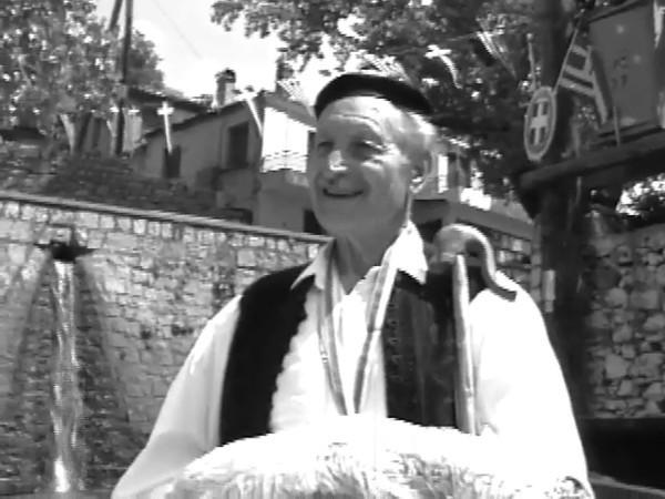 Στό πανηγυράκι τής Αράχωβας 2 τού Μάη 1993, μέ τό φίλο κ. Μίταλα καί τήν μητέρα του..