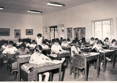 1971 - 4ª Classe com a Prof. Mª do Carmo Calçada   Americo, Rui Varela, Jose Manuel, Lena Jaime Santos, Teresa Gameiro Quartilho, Ju Prudente, Teresa (Tété) Caetano e Teresa Branco.