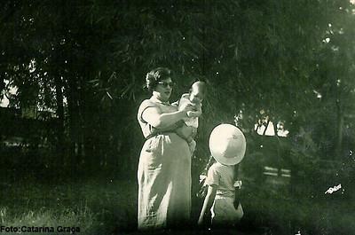 1956 Sra do Jorge Graça, gravida da Ana Catarina com as filhas Pompom e Zanu
