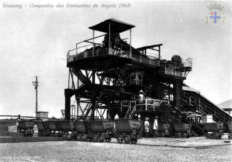 """Mina de Muíta 2 aberta à exploração em Setembro de 1965. Lavaria de """"pans"""" de 8 pés de diâmetro, em funcionamento na margem oriental do Luembe."""