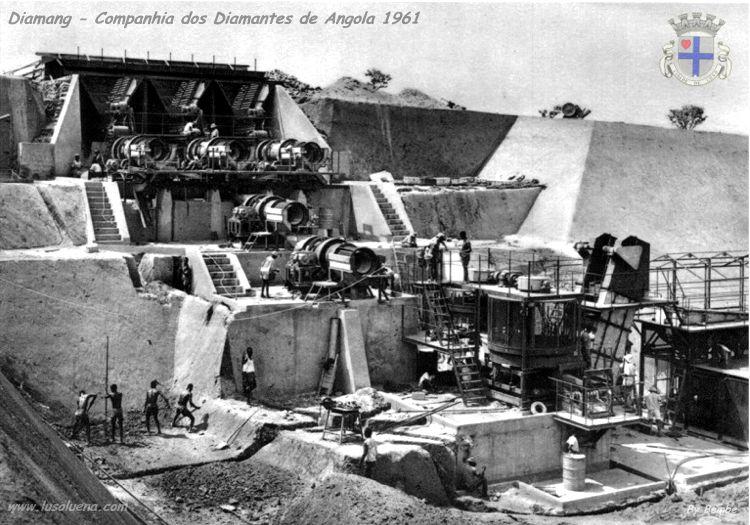 """Mina de Camútué, abriu em Outubro de 1961. Montagem da nova lavaria de """"pans"""" de 8 pés de diâmetro, de tipo especial, construida nas oficinas da Companhia na Lunda, para tratamento de Kimberlite."""