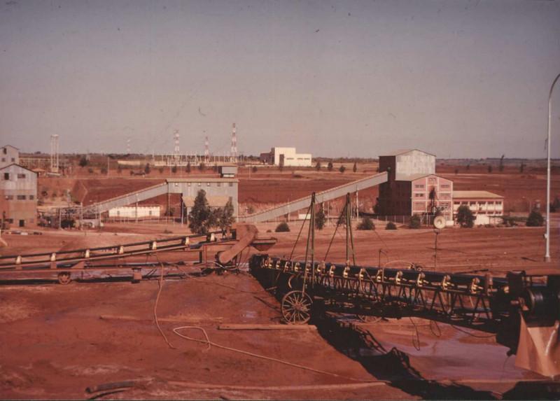 Andrada 1969 -Estação de Escolha do MD2. MD2 própriamente dito (drum separator) ficava à esquerda, a Estação compunha-se de dois corpos: (1) Moinhos de Desbaste e (2) Apuramento Final que é o último do lado direito.  O edifício branco ao fundo é a Sub-Estação.