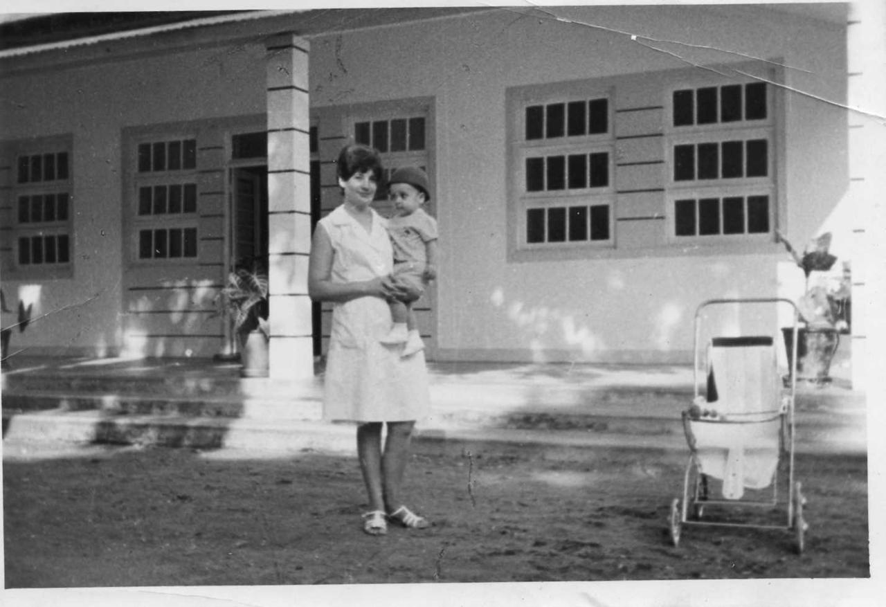 Enfermeira Emilia Simoes em frente ao hospital de Cassanguidi