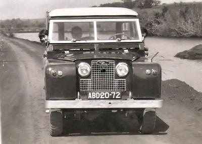 Land Rover Dique do Buía no Cossa.   Tina Oliveira e familia Ermida (Este Land Rover pertenceu tambem a' familia Adalberto, varios anos)