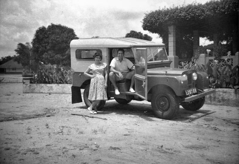 1961 - Sombo: o casal Sr. Correia e D. Maria num Land Rover