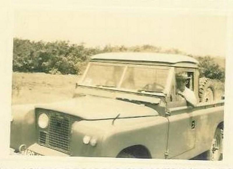 Lucapa 1966 A caminho do Calonda-Familia Marques.  O famoso Land Rover, muito usado principalmente na zona mineira